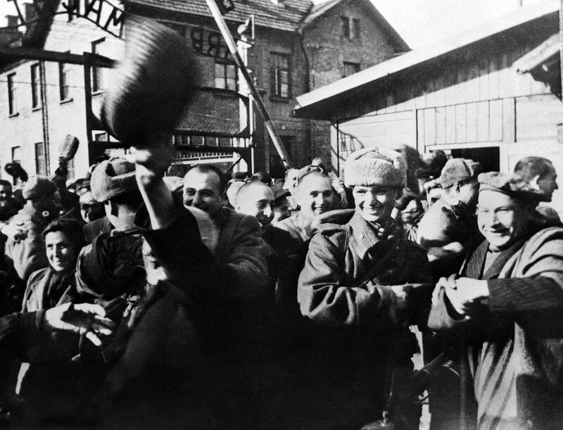 Заключенные концлагеря Освенцим (Аушвиц 1) приветствуют своих освободителей - солдат Красной Армии