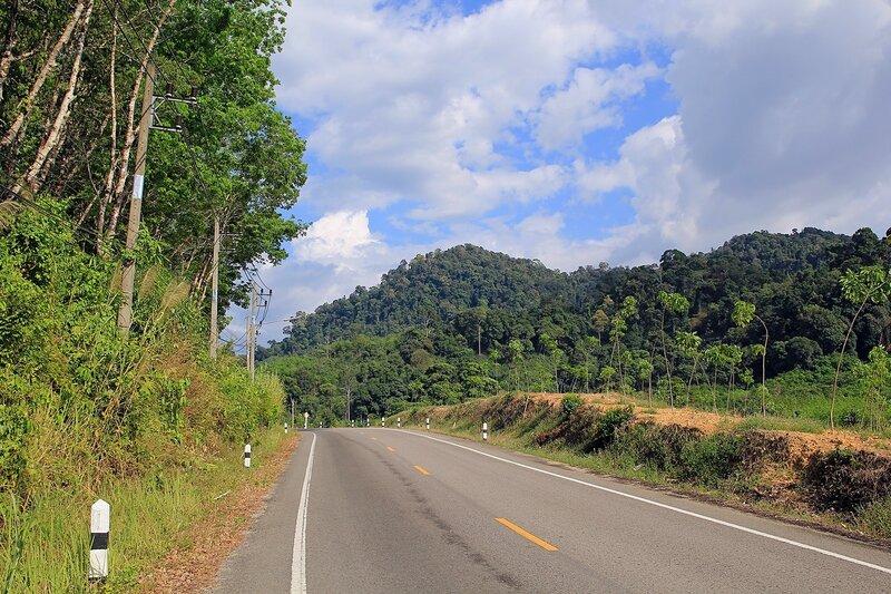 Сельская дорога в Таиланде: горы, лес и облака