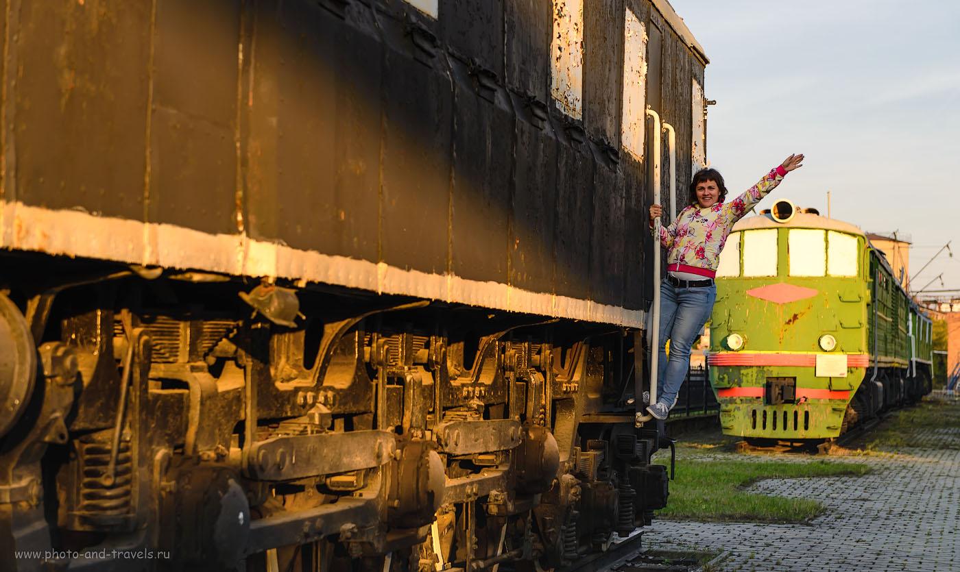 Фотография 13. Довольная туристка на подножке пассажирского электровоза ПБ-21 в екатеринбургском железнодорожном музее. 1/160, -1.0, 4.5, 200, 70.