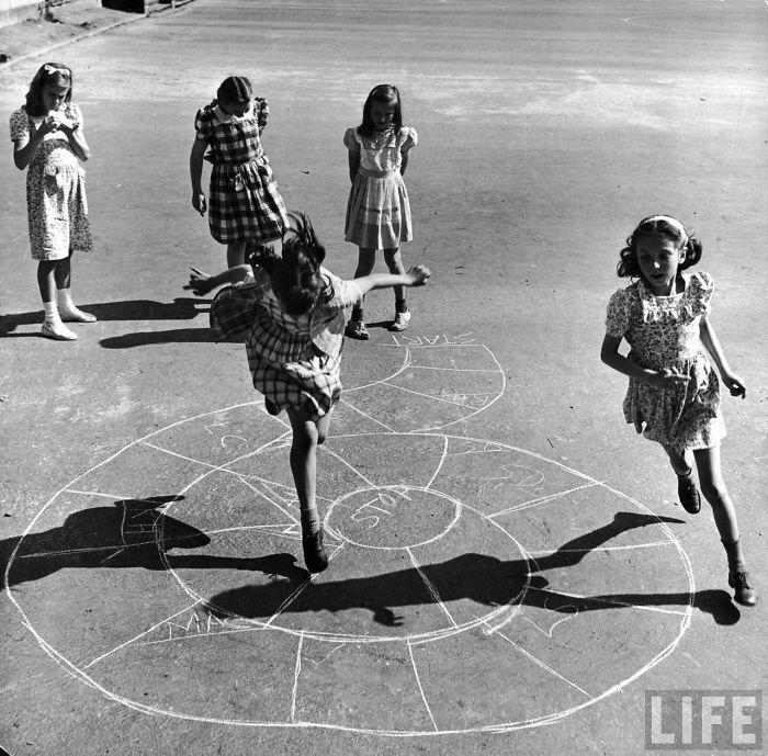 historical-children-playing-photography-118-58ac0f525e786__700.jpg