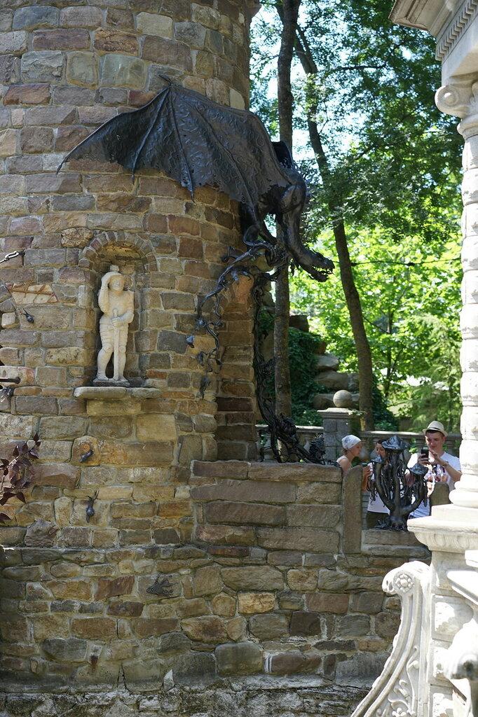 "Культурный центр ""Старый парк"". Скульптура на дозорной башне"
