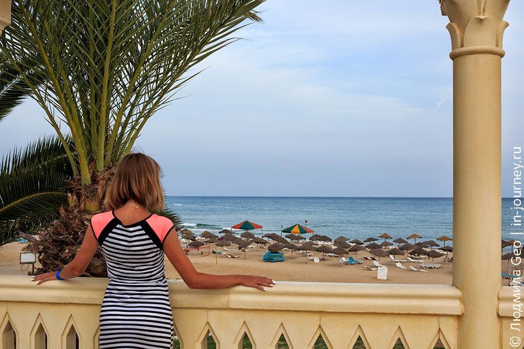 вид на пляж с территории отеля