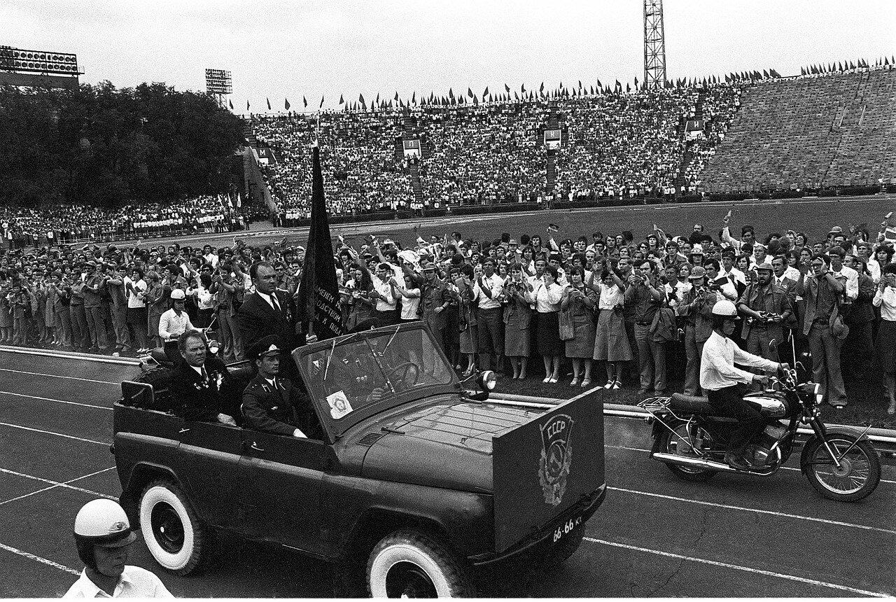 Автомобиль с флагом на церемонии открытия Фестиваля