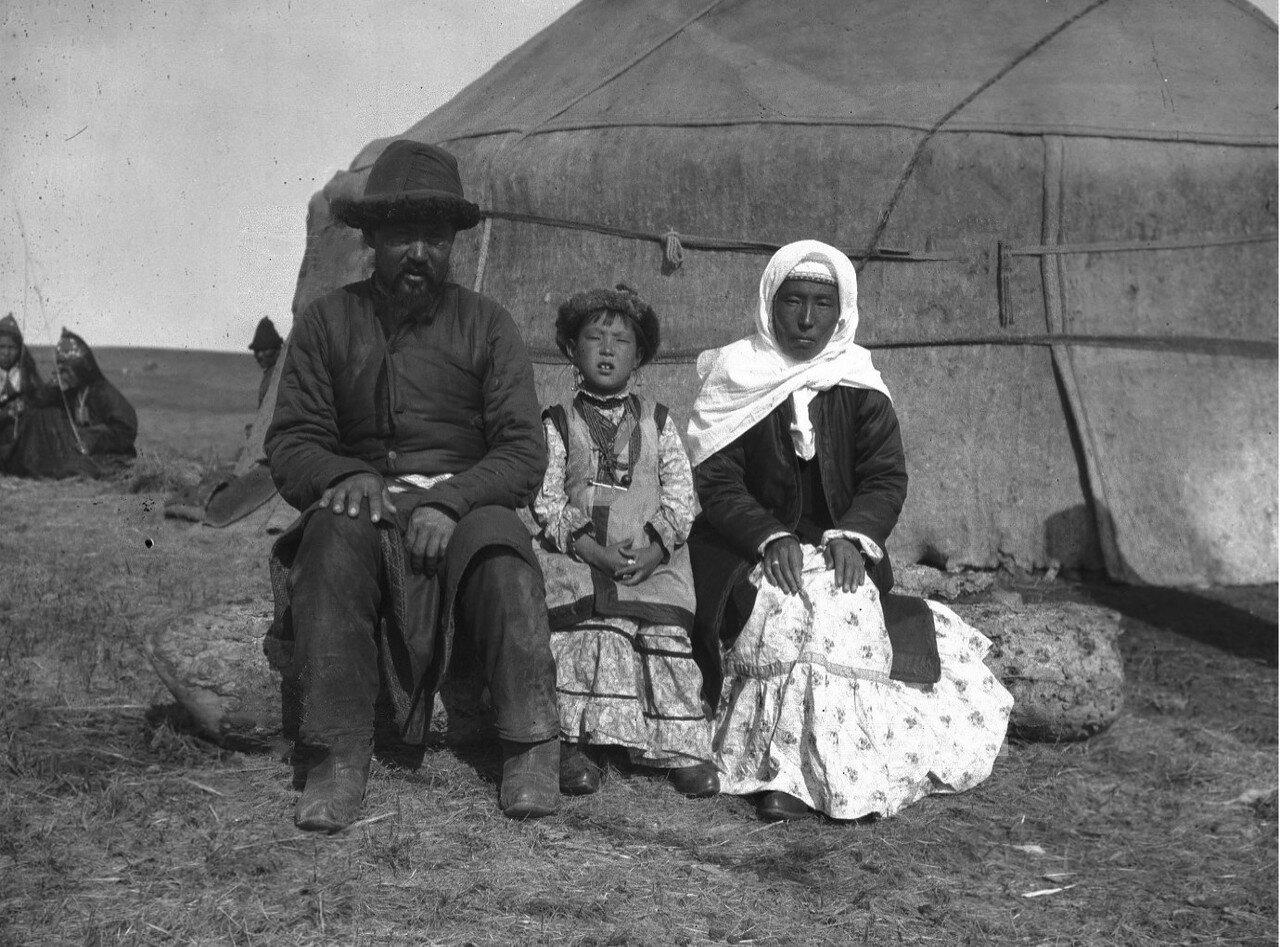 Симбай Салтунаев (обрусевший киргиз, купец) со своей женой и дочерью