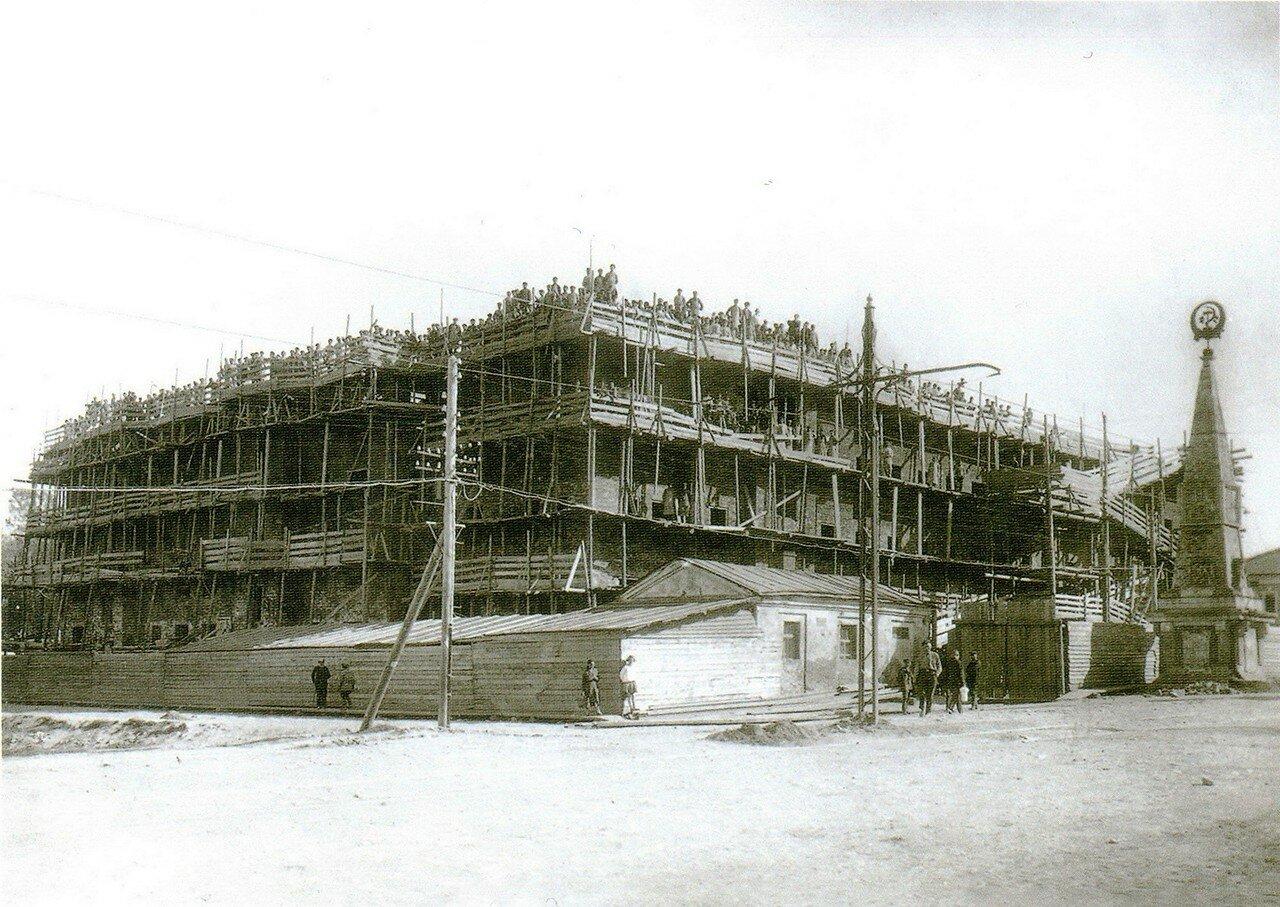 Строительство нового рабочего дома на перекрестке улиц Коммунаров и Мотякинской. 1927-1928