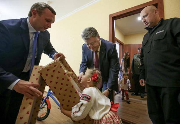 Президент Украины вручил разведчикам награды и ордера на квартиры (фото, видео)
