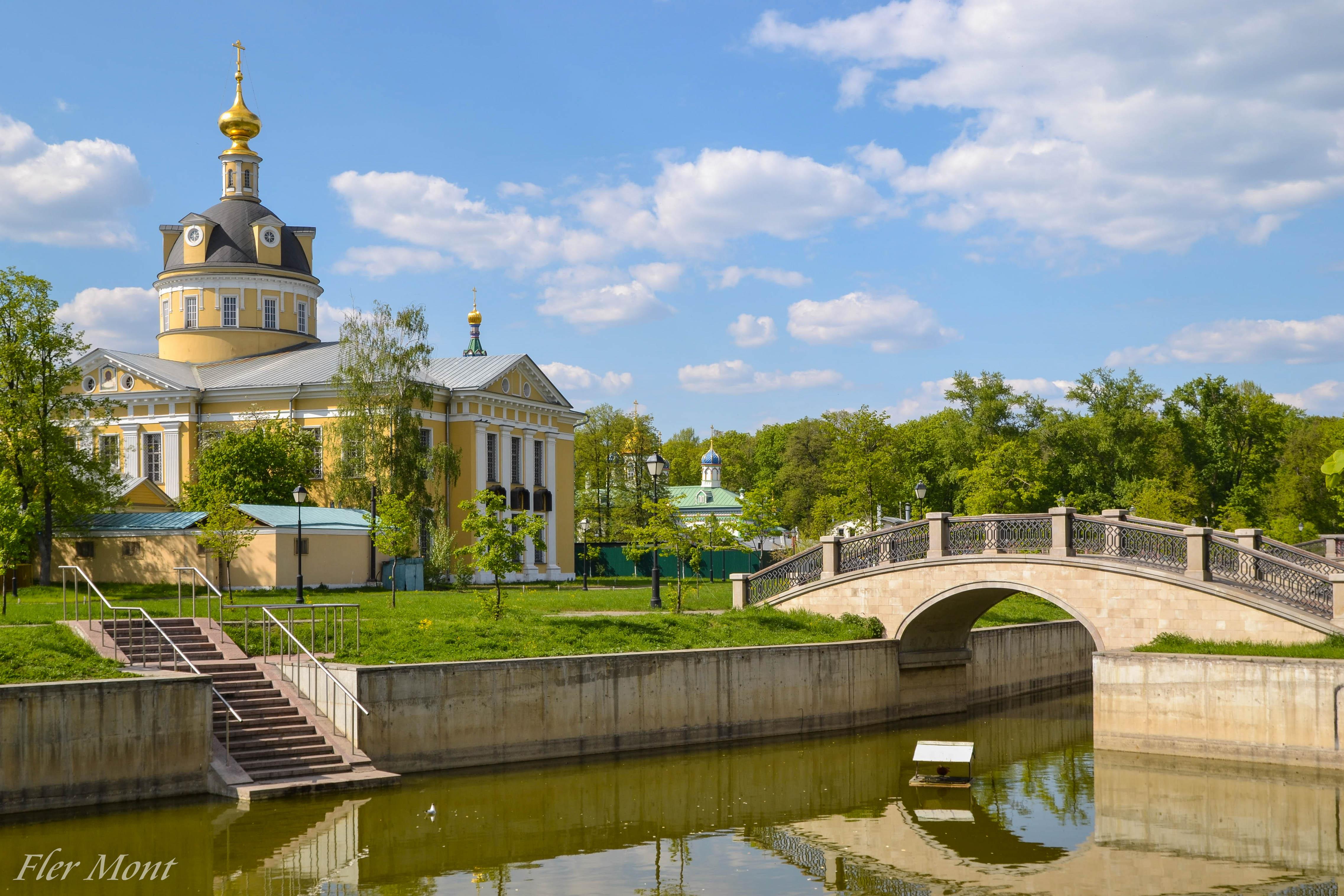Вид с пруда на Покровский собор .Рогожская слобода (Рогожский посёлок).