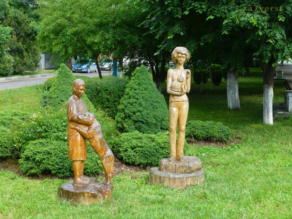 Армавир, сад деревянных скульптур, мальчик с собачкой и девочка с кошкой