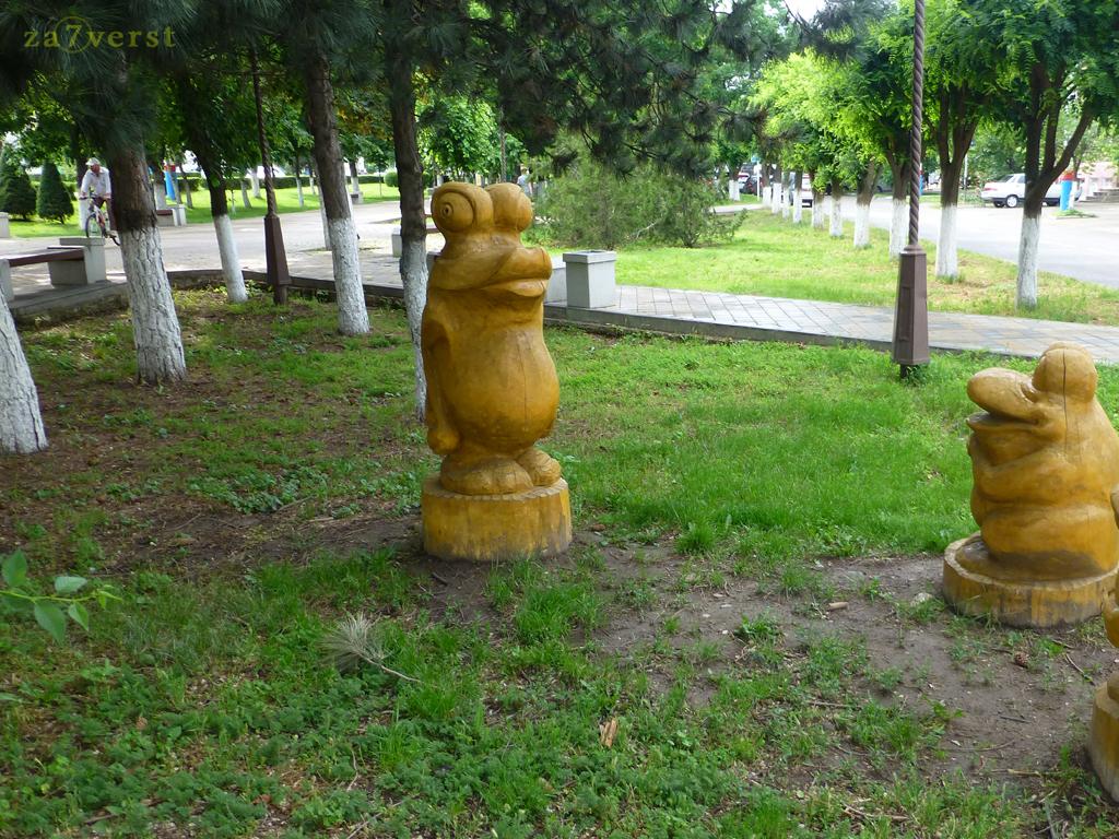Армавир ,деревянные скульптуры, лягушки
