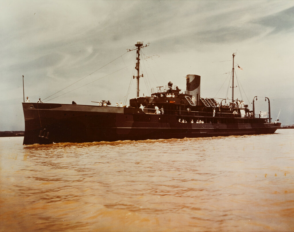 USS DAUNTLESS (PG-61) View taken c. 1942, in The Potomac River, near Washington D.C.