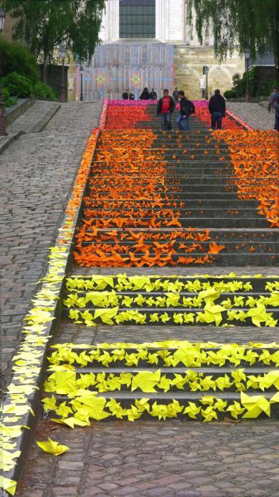 5. Лестница, покрытая оригами (Франция) Оригинально украшенные уличные ступеньки во французском горо