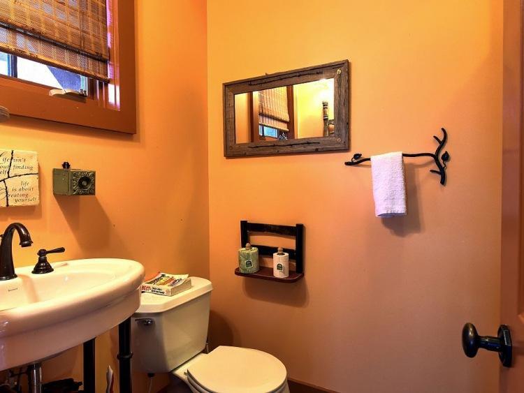 12. Оформление ванны с душевой выполнено в стиле деревянного домика.