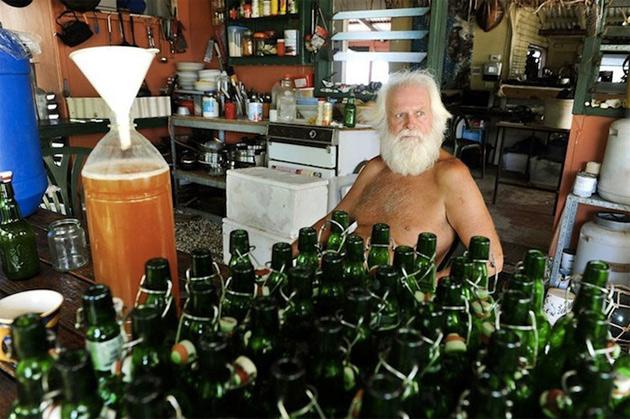Правда, мужчина совершает эти поездки нечасто: на острове он добывает кокосы, ловит рыбу и крабов, а