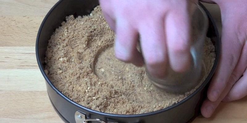 Выложи сверху на основу из печенья массу из сыра и «Нутеллы». Сделай торт гладким сверху, тщательно
