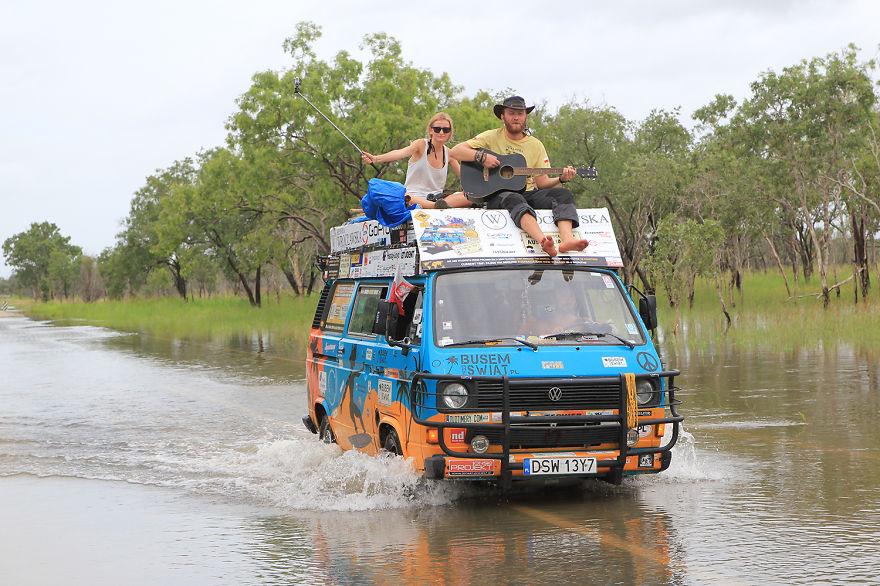 1 Мы – молодые блоггеры-путешественники из Польши, путешествуем по всему миру на старом фургоне.