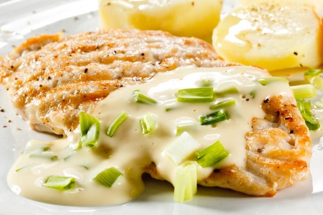 Ингредиенты: куриное филе— 1шт. твердый сыр— 120г лук— 1шт. чеснок— 1зубчик лимон— нескольк