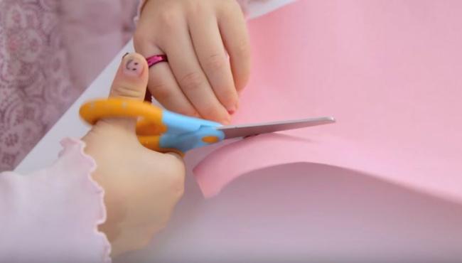 Чтобы малыш правильно держал ножницы инекрутил ручками вовсе стороны, нарисуйте ему напальчике с