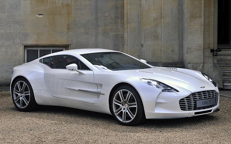 Aston Martin One 77. Aston Martin One 77 имеет 7,3-литровый двигатель V12. Быстрый и мощный и очень