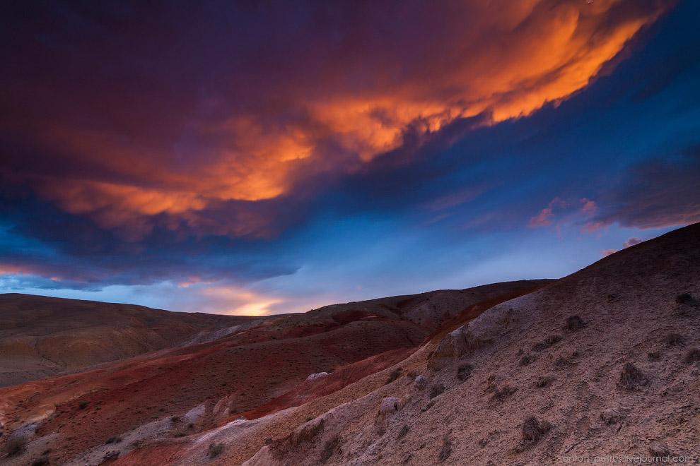 15. Зато со стороны Марса все было круто. Облака начали тухнуть. Ветер гнал их по небу с огромн