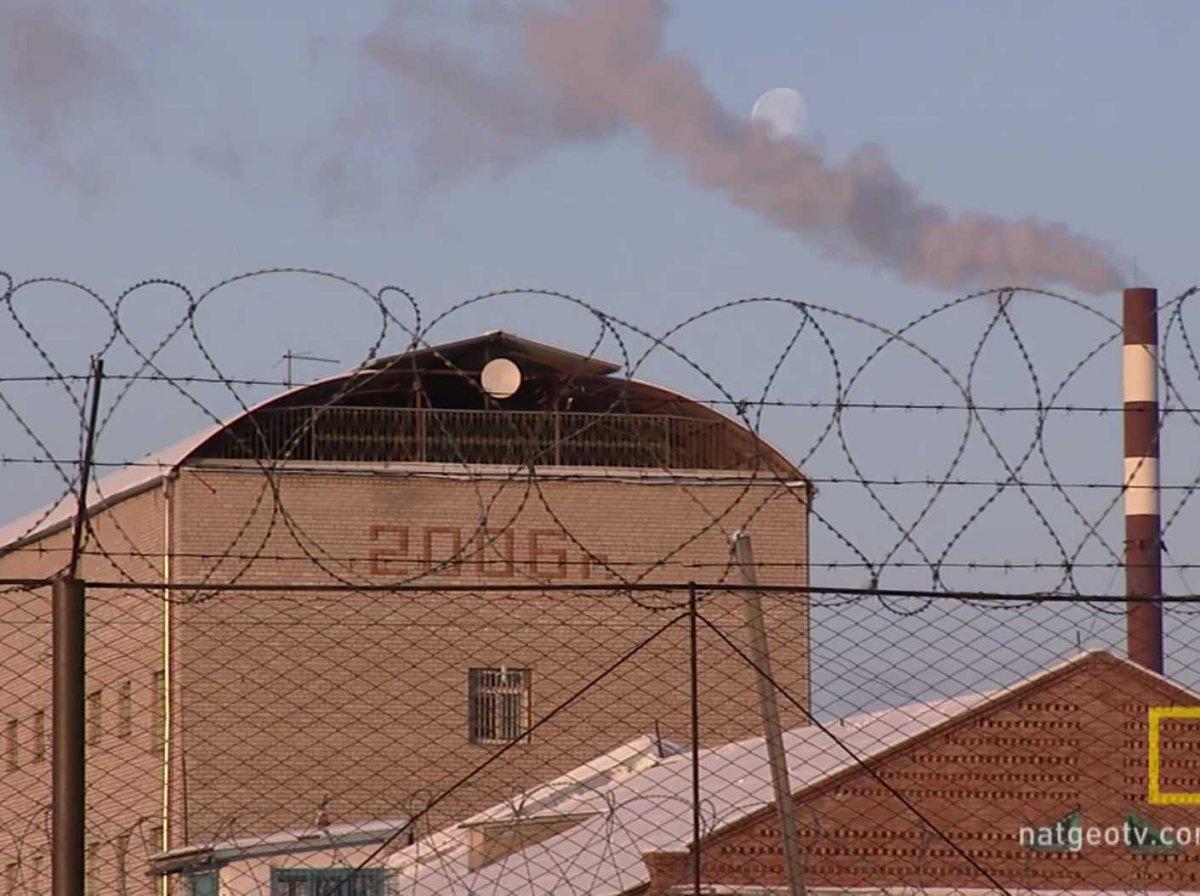 В тюрьме находятся 700 заключенных, среди которых каннибалы, серийные убийцы и маньяки, террористы.