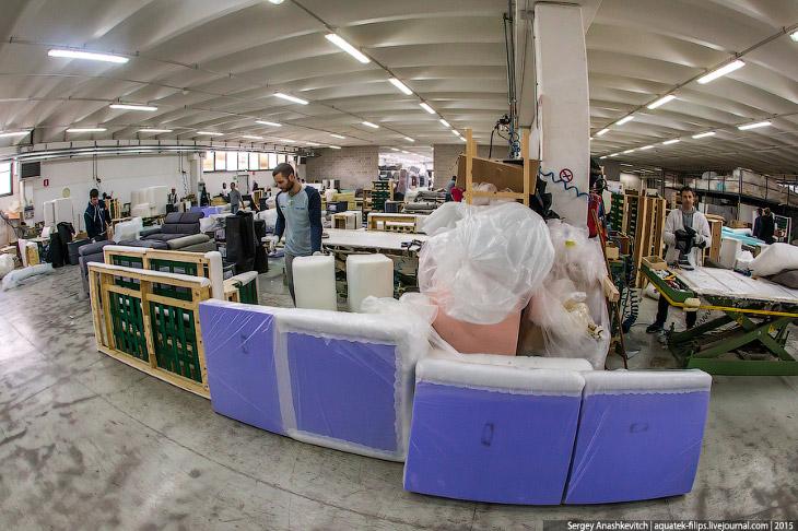 2. Производство дивана начинается здесь, на распиловочном столе, где изготавливаются элементы каркас