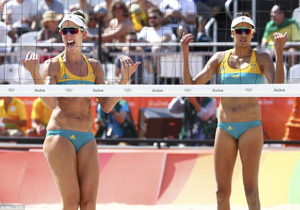 Луиза Боуден и Талика Клэнси из команды Австралии.
