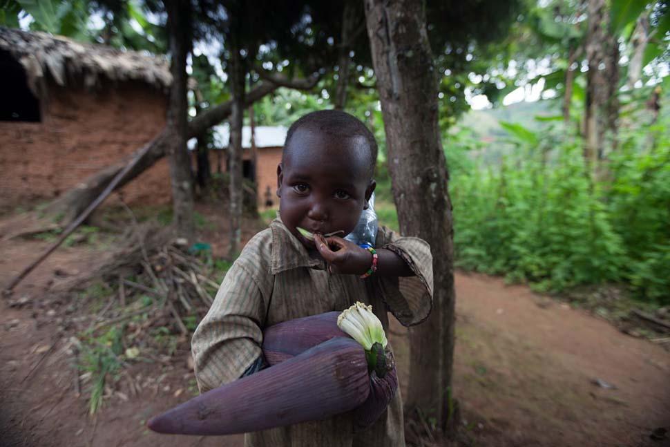 Бурунди, семья с доходом 29 долларов на взрослого в месяц. Любимая игрушка — сухой початок кукурузы.