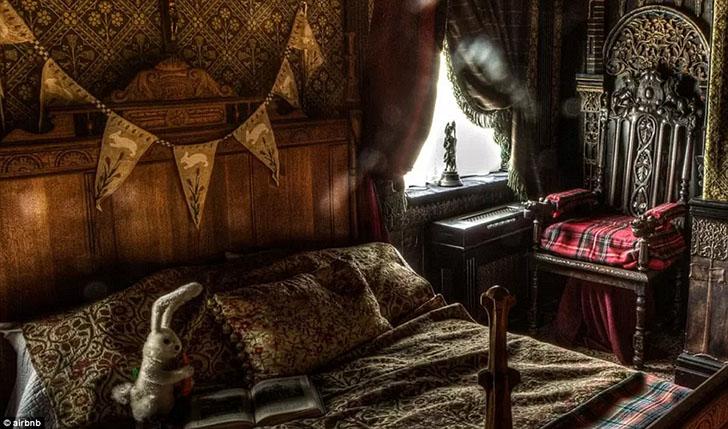 В комнате есть старинные книги и игрушки. Как написано в объявлении, это место — не для слабых духом