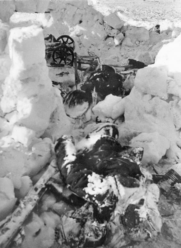 2 погибших красноармейца пулеметчика в окопе. Кольский полуостр. 1941—1942.jpg