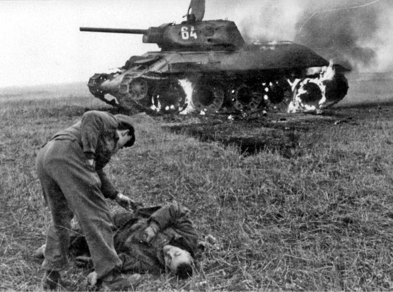 Немецкий солдат обыскивает погибшего советского солдата-пехотинца. 43.jpg