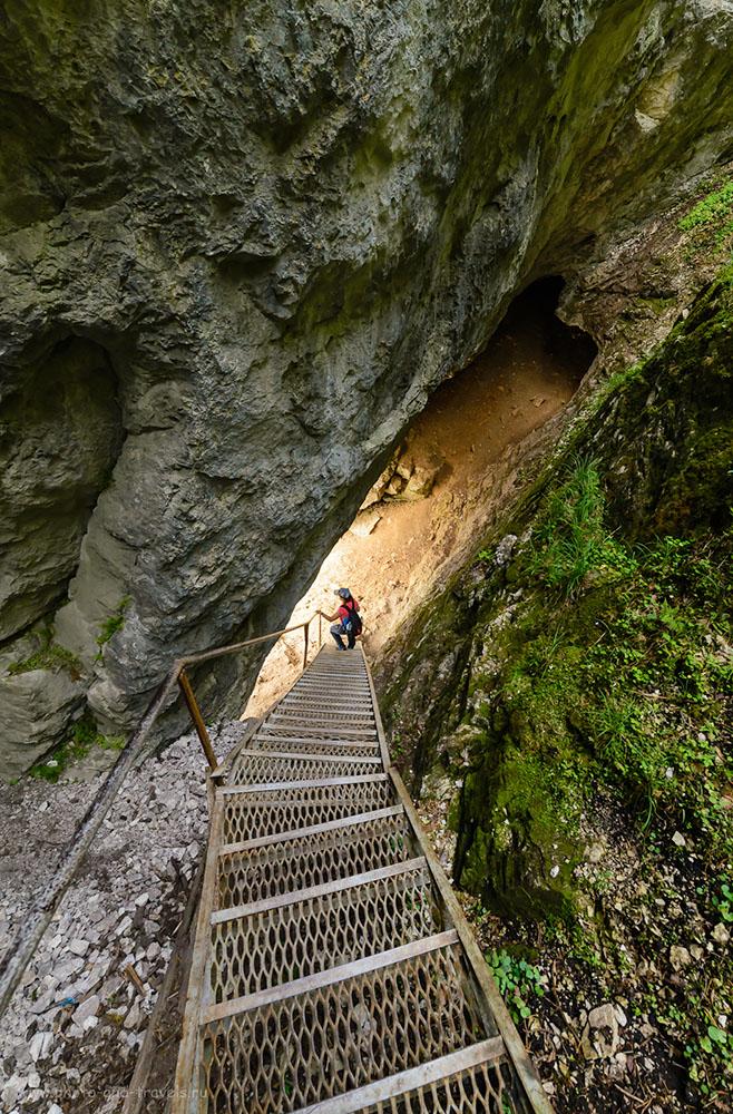 Фото 26. Спуск по лестнице у скалы Карстовый мост. Поход выходного дня в Оленьих ручьях. 1/160, -1.33, 8.0, 1800.