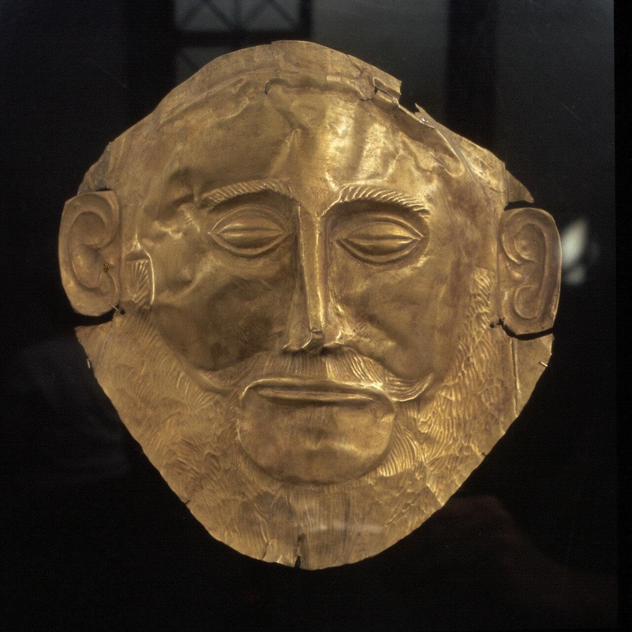 Афины. Национальный археологический музей. Посмертная маска из Микен, могила В. Высота 26 см. Середина XVI в. до нашей эры