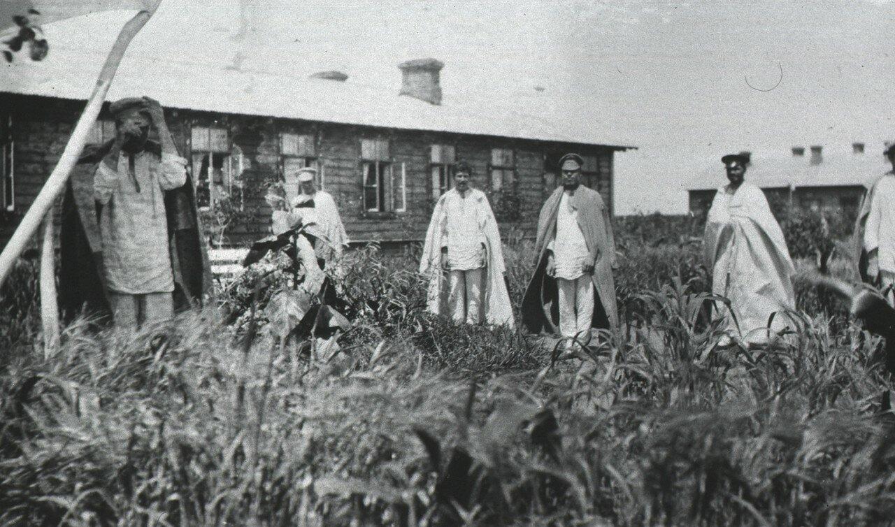 Пациенты в больничном городке.