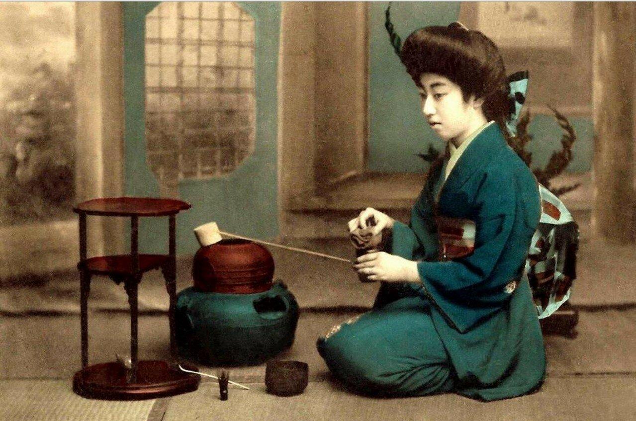 Гейша Теруха за приготовлением чая