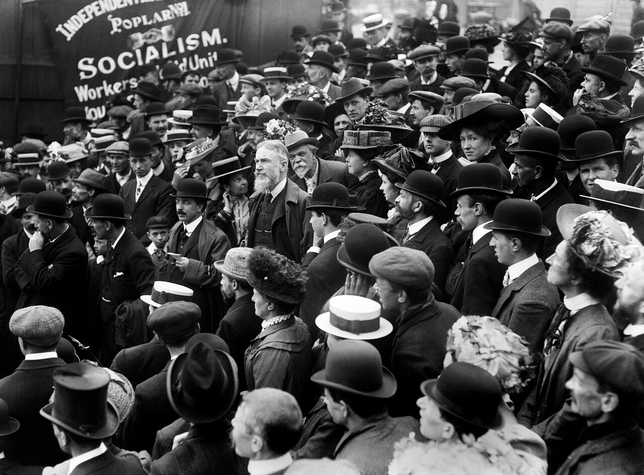1910. Лицо в толпе. Джордж Бернард Шоу, ирландский драматург и критик на Трафальгарской площади во время митинга протеста против вивисекции. Он был активным социалистом и  членом Фабианского общества
