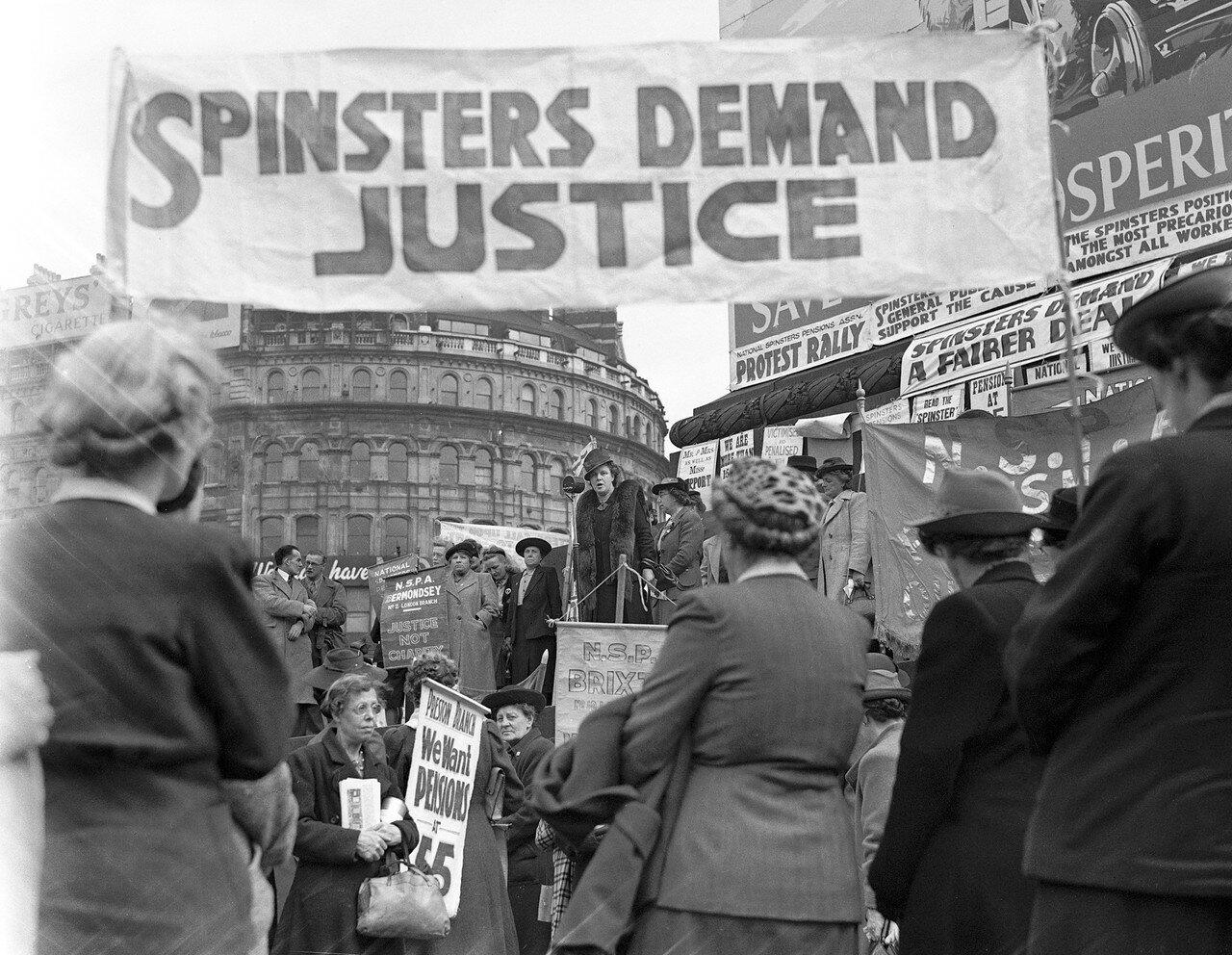 1946. Май. Митинг пожилых женщин на Трафальгарской площади. Они требуют выхода на пенсию в возрасте 55 лет