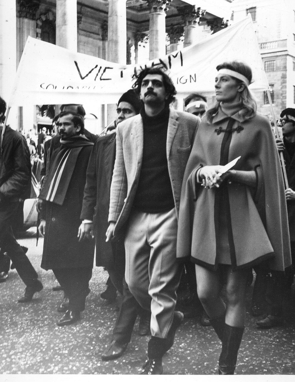1966. Актриса Ванесса Редгрейв в колонне демонстрантов против Вьетнамской войны идет в сторону посольства США на Гросвенор-сквер после массового митинга на Трафальгарской площади