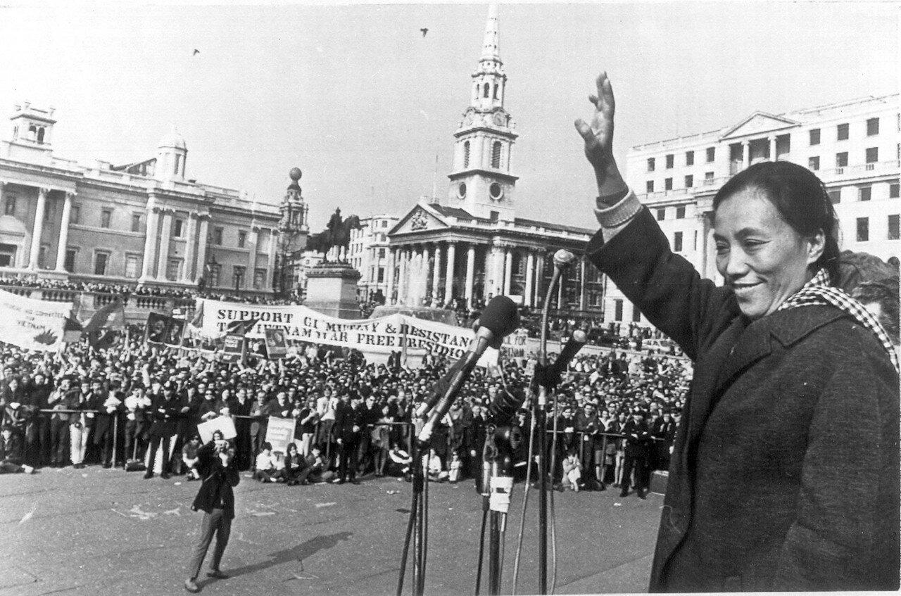 1969. 7 апреля. Мадам Нгуен Тхи Бинь, возглавлявшая делегацию фронта национального освобождения Южного Вьетнама на четырехсторонних переговорах в Париже, обращается к толпе демонстрантов, собравшейся на Трафальгарской площади