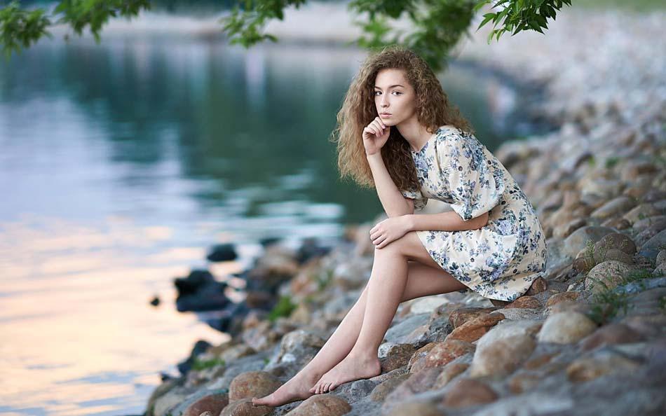 Девушка на речке ню