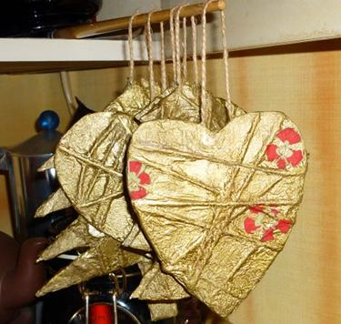 Картонные сердца: стильные новогодние украшения своими руками