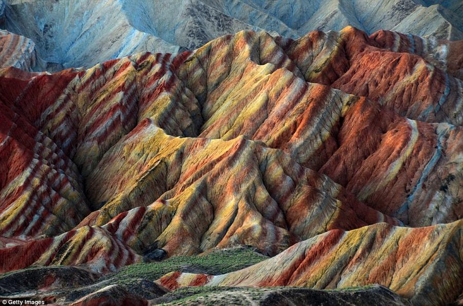 16. Национальный геопарк Данься известен своими разноцветными горами, которые получились за счет сло