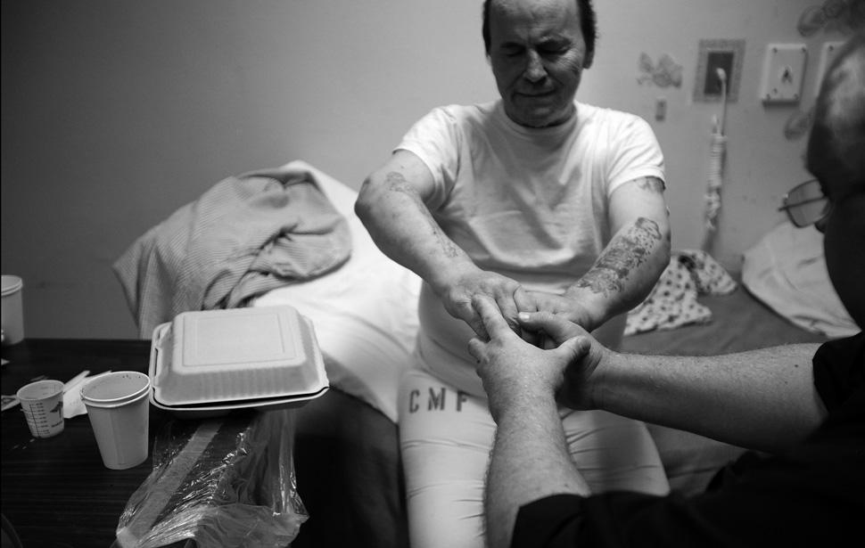 6. Капеллан хосписа Кейт Кнауф держится за руки смертельно больного заключенного Филипа Гарри Грейнд