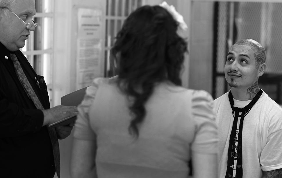 18. Фредди Гарсиа смотрит на капеллана Кейта Кнауфа во время своей свадьбы с Мариной Левано. После з