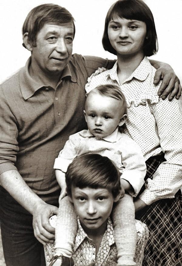 6. Борислав и Екатерина Брондуковы с сыновьями Костей и Богданом, 1980 год