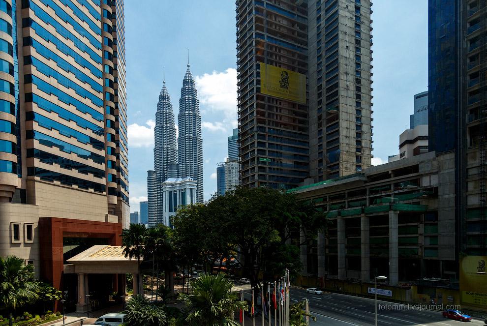 11. Куала-Лумпур — город многоуровневый. Многоэтажные дороги повсюду, порой даже целая улица мо