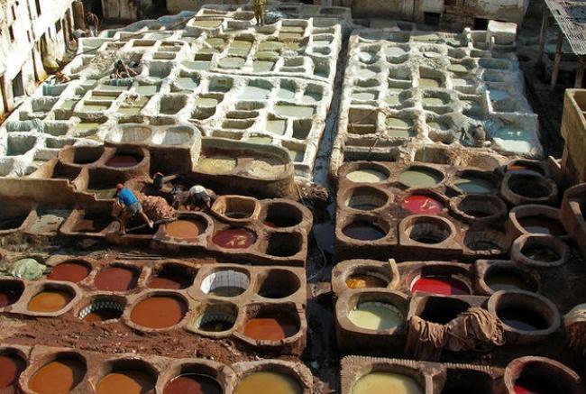 © commons.wikimedia.org  Римляне использовали человеческую мочу для стирки вещей . Рабочие зап