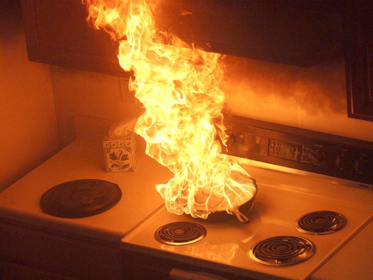 Если пищевое масло загорелось, выключите конфорку и накройте посуду, в которой находится горящее мас