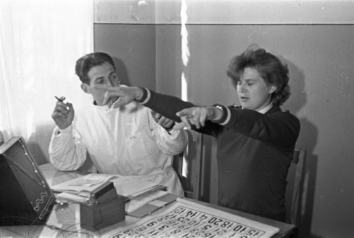 Медицинский осмотр Валентины Терешковой. Первые космические полеты проходили в условиях жесткой конк