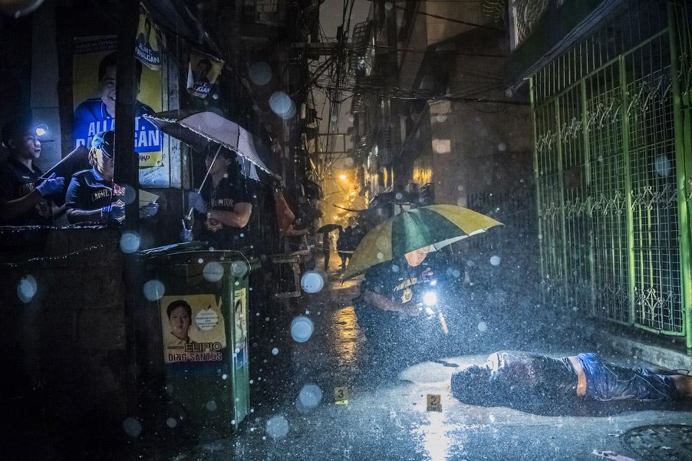 13. Второе место в серии фотографий в категории «Новости». Семья бежит от боевых действий в Мос