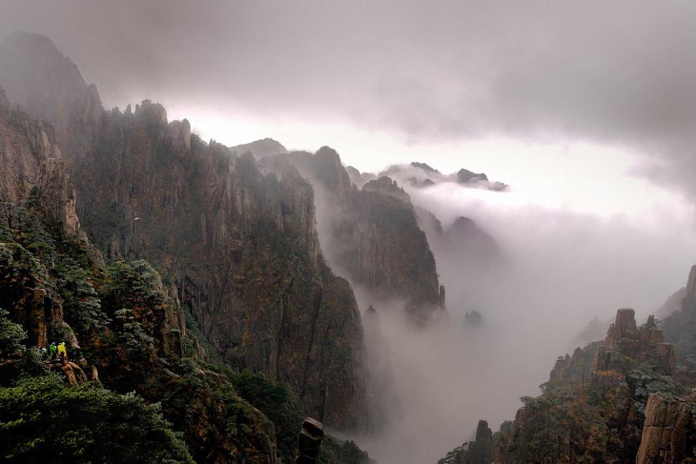 Средняя часть бассейна Хуанхэ протекает по Лессовому плато, прихватывая по пути легко размываем